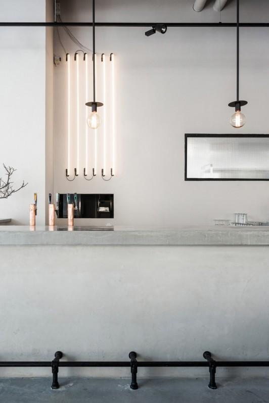Ampoules suspendues au-dessus d'un bar en béton